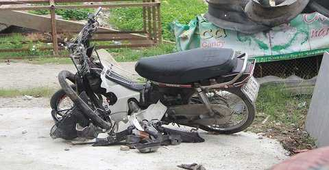Xe máy bị nát bấy sau cú tông
