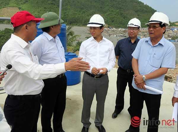 Ông Nguyễn Xuân Anh đứng ngay trên bể phốt bãi rác để  nghe các đơn vị báo cáo tình hình. (Ảnh: HC)