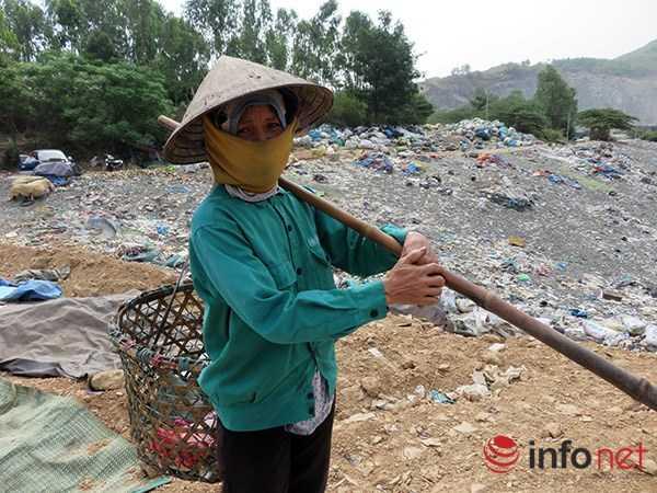 hị Mai làm nghề nhặt phế liệu ở bãi rác Khánh Sơn: