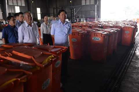 Bí thư Đinh La Thăng tại khu xử lý rác Đông Thạnh, Hóc Môn. Ảnh: Tuổi Trẻ