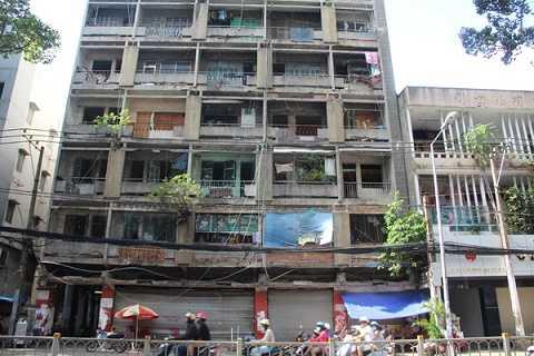 Chung cư 727 Trần Hưng Đạo, quận 5 đã xuống cấp trầm trọng.