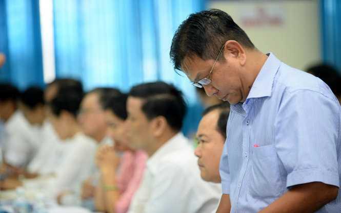 Trưởng phòng Tài nguyên môi trường huyện Hóc Môn Trần Quang Duy trả lời chất vấn của Bí thư Thăng - Ảnh: Thuận Thắng