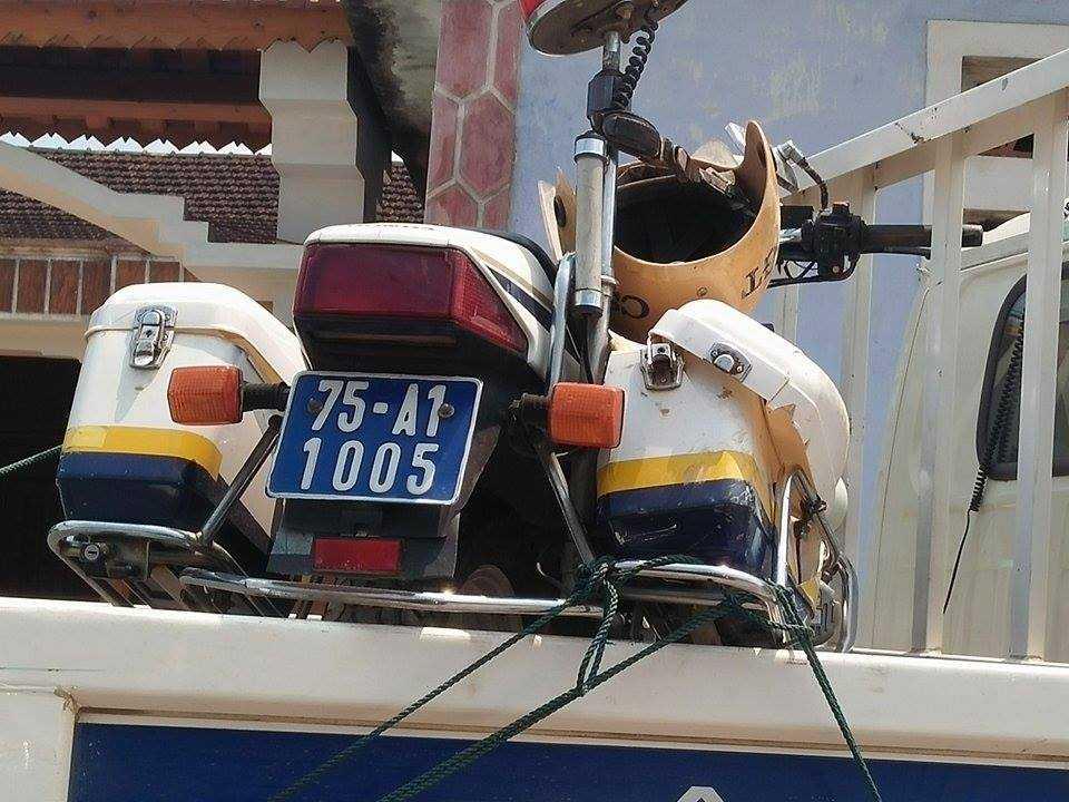 Chiếc xe mô tô của CSGT bị hư hỏng đang được đưa về trụ sở cơ quan công an huyện Phong Điền.
