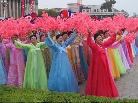 Những người phụ nữ xuất hiện trong trang phục Hanbok truyền thống...