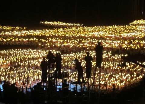 Biển người thắp sáng quảng trường trung tâm
