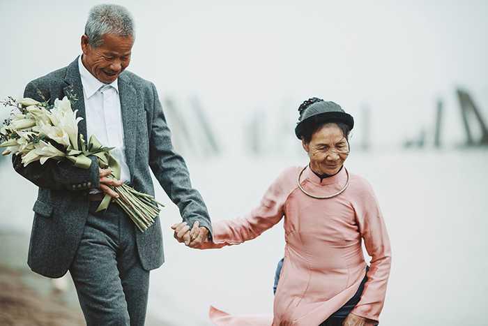 """Để kỷ niệm """"ngày cưới"""", ông xăm cả ngày hai người gặp nhau lên tay."""