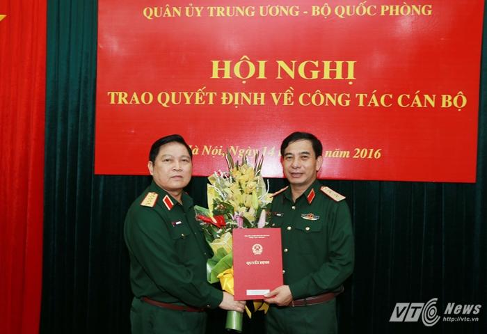Đai tướng Ngô Xuân Lịch trao Quyết định của Thủ tướng Chính phủ bổ nhiệm Trung tướng Phan Văn Giang giữ chức Thứ trưởng Bộ Quốc phòng