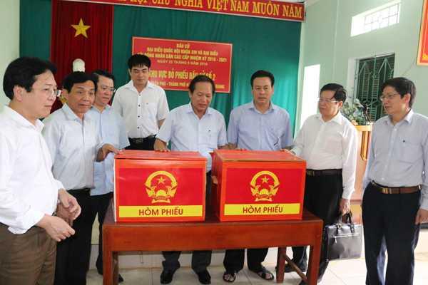 Bộ trưởng Trương Minh Tuấn kiểm tra thùng phiếu.