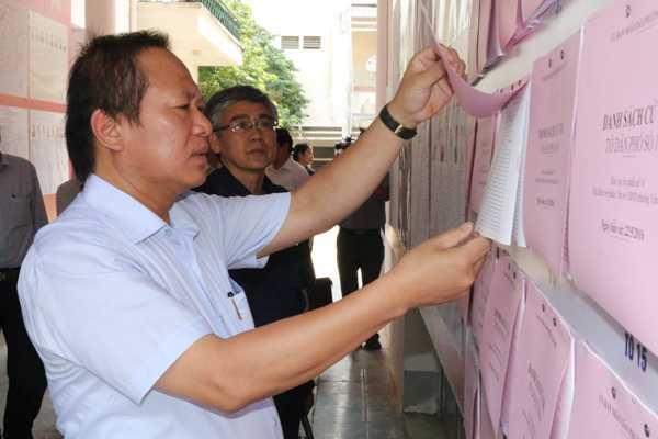 Bộ trưởng cẩn thận kiểm tra từng trang danh sách niêm yết.