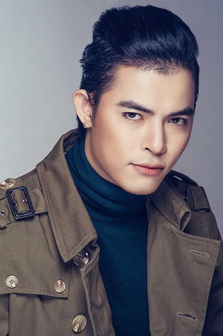 Bùi Caroon là một trong những ca sỹ có hoạt động thường xuyên và chăm chỉ trong showbiz Việt.