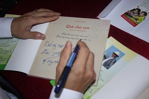 Cuốn sách Quà cho con được tác giả kí tặng.