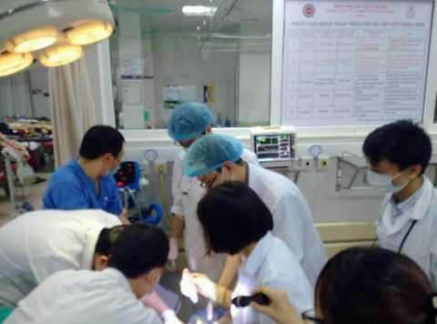 Các bác sĩ đang tiến hành ca phẫu thuật cho bệnh nhân