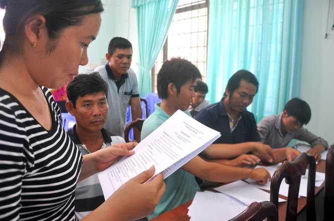 Chị Nguyễn Thị Thanh Thúy (con ông An) đọc đơn khởi kiện của đại gia đình mình - Ảnh: Đông Hà