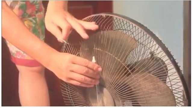 Bước 6: Gắn vòi phun sương vào lồng quạt. Lưu ý buộc vòi ra phía lồng quạt để đảm bảo khi gió mạnh nước sẽ phun được xa hơn. Đồng thời, buộc vòi thấp hơn so với cánh quạt thì khi nước phun ra sẽ có chiều hướng rơi xuống dưới.