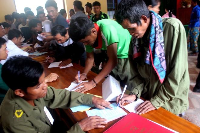 Cử tri người Ma Coong viết phiếu bầu để bỏ phiếu tại các điểm bầu cử ở xã Thượng Trạch. Ảnh: CTV.