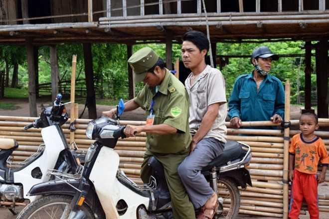Cử tri Đinh Loi được Trưởng công an xã Thượng Trạch đến tận nhà chở đi bỏ phiếu. Ảnh: Hồ Nguyên.