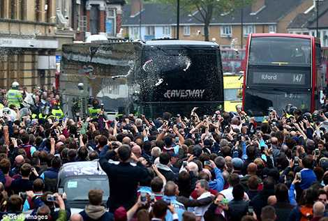 Các CĐV quá khích của West Ham đã tấn công xe buýt của MU