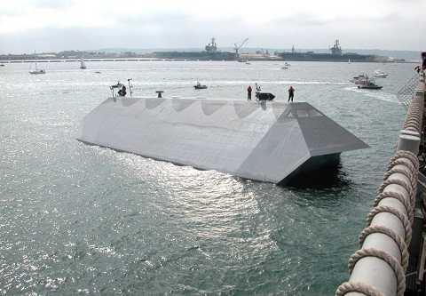 Con tàu được sơn phủ gần như trung với màu nước