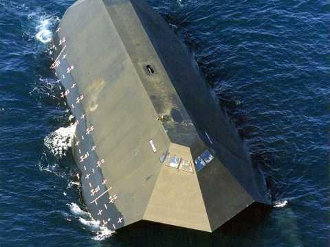 Sea Shadow dài 49,9 m, rộng 20,7 m và cao 4,6 m
