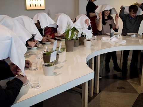 Người ta tin rằng những chiếc khăn trắng trùm kín đầu giúp họ tránh khỏi ánh mắt của Chúa khi ăn thịt chim họa mi.