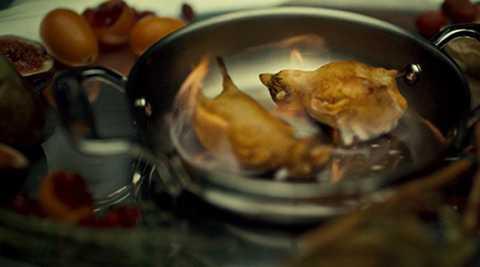 Cuối cùng, đầu bếp chỉ cần thêm chút gia vị và tiến hành nướng chim họa mi trong vòng 6 -8 phút là món ăn đã được hoàn thành.