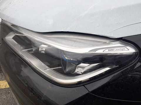 Phần đầu của chiếc xe có lưới tản   nhiệt hình bầu dục kép với kích thước lớn tạo vẻ bề thế, hai bên là   những đèn pha sử dụng công nghệ chiếu sáng laser. Đèn laser là một tùy   chọn đặc trưng của BMW, xuất hiện lần đầu trên chiếc i8.