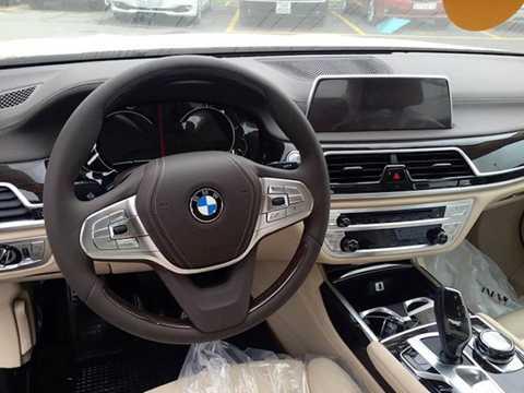 So với đối thủ Mercedes,   S-Class, nội thất của 750Li không gây ấn tượng về thiết kế với vẻ giản   dị truyền thống, sử dụng những chất liệu sang trọng như da Nappa hoặc   Dakota, gỗ và kim loại cao cấp. Xe có hệ thống thông tin giải trí iDrive   thế hệ mới, không chỉ cho phép điều khiển thông qua màn hình cảm ứng và   nhận dạng giọng nói mà còn có khả năng nhận dạng các cử chỉ của người   lái, tạo sự thân thiện và dễ kiểm soát hơn.