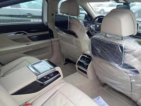 Hàng ghế sau của xe đầy tiện nghi   với 2 màn hình dạng tablet gắn trên lưng ghế trước, cửa sổ trời toàn   cảnh Sky Lounge đi kèm hơn 15.000 bóng LED nhỏ có thể điều chỉnh 6   màu,...