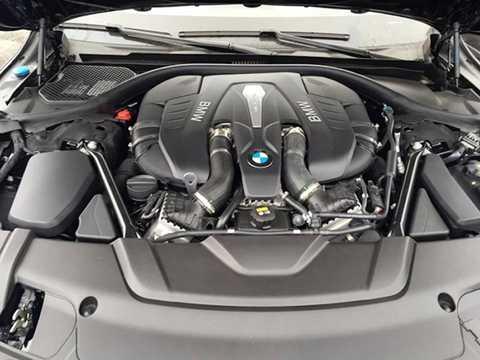 Cung cấp sức mạnh cho 750Li 2016   là động cơ xăng V8 4.4l tăng áp kép Twin Power Turbo với công suất tối   đa 450 mã lực cùng mô-men xoắn cực đại 650 Nm kèm hệ dẫn động cầu sau và   8 cấp, giúp xe chỉ mất 4,4 giây để đạt 0-100 km/h và tốc độ tối đa   (giới hạn điện tử) 250 km/h.