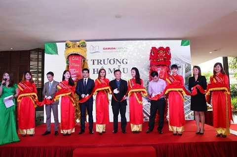 Đại diện Chủ đầu tư cùng các Đại diện Đại lý phân phối thực hiện nghi lễ khai trương Nhà mẫu