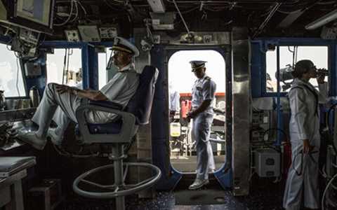 Quang cảnh trên buồng lái của tàu tuần dương USS Chancellorsville. (Ảnh: New York Times)
