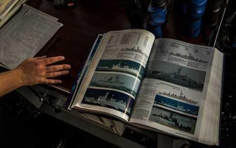 Cuốn tài liệu tra cứu về các loại tàu của Trung Quốc trên tuần dương hạm Chancellorsville. (Ảnh: New York Times)