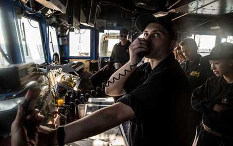Thiếu úy Giancana làm nhiệm vụ liên lạc với tàu Trung Quốc. (Ảnh: New York Times)