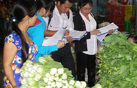 Chi cục BVTV TP.HCM đang kiểm tra nguồn gốc rau, củ đang kinh doanh ở chợ đầu mối Thủ Đức (TP.HCM). Ảnh: Trần Ngọc