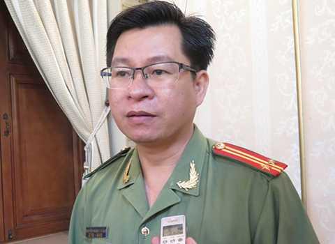 Trung tá Nguyễn Quang Thắng -  Phó trưởng phòng tham mưu Công an TP HCM, trao đổi về hành động phản cảm của thượng sĩ Hà với người bán hàng rong. Ảnh: Khánh Trung.