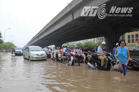 Trong sáng nay, nhiều người đã không thể đến kịp giờ làm vì tắc đường do ngập lụt.