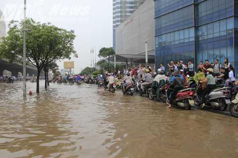Ghi nhận của PV VTC News, đến 10h cùng ngày nước đã rút bớt, nhưng các phương tiện di chuyển qua ngã tư này vẫn khá khó khăn.