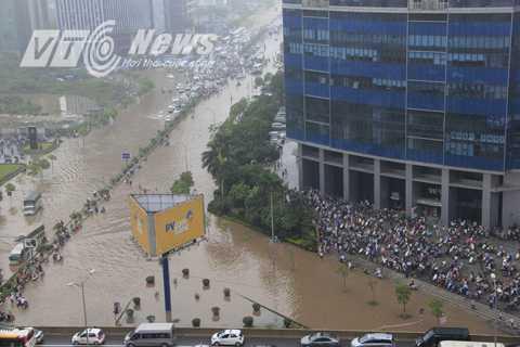 Khu vực ngã tư đường biến thành sông, nước ngập toàn bộ đường.