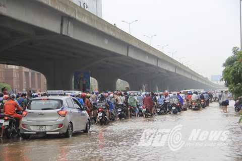 Lưu lượng giao thông lớn khiến cho việc ùn ứ càng thêm ngiêm trọng.