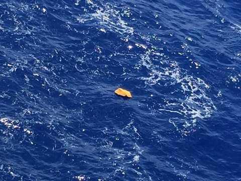 Hình ảnh nghi là mảnh vỡ của máy bay Ai Cập bị rơi ở Địa Trung Hải.