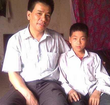 Anh Nguyễn Hữu Dũng – Chủ tịch Hội đồng quản lý Quỹ Hỗ trợ sinh viên ĐH Dược Hà Nội và Nguyên hồi nhỏ.