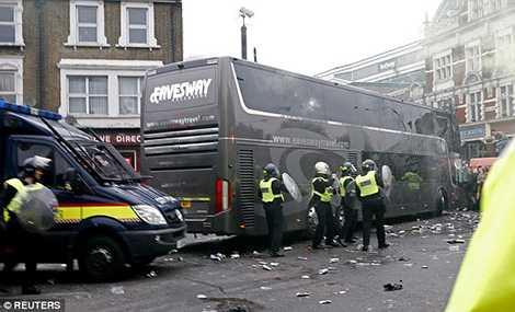 Cảnh sát không kịp ngăn chặn vụ bạo động nhắm vào chiếc xe chở cầu thủ MU