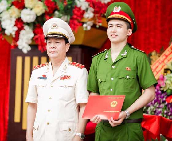 Trung tướng, GS.TS Nguyễn Xuân Yêm (Giám đốc Học viện Cảnh sát nhân dân) trao bằng tốt nghiệp cho Hiếu.