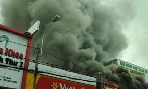 Cả khu dân cư một phen hỗn loạn vì vụ cháy.