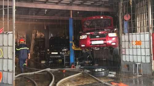Tuy nhiên, nhiều tài sản và một ô tô đang được sơn đã bị cháy rụi, hiện chưa thống kê được thiệt hại. (Ảnh: Ngọc Khải/TTO).