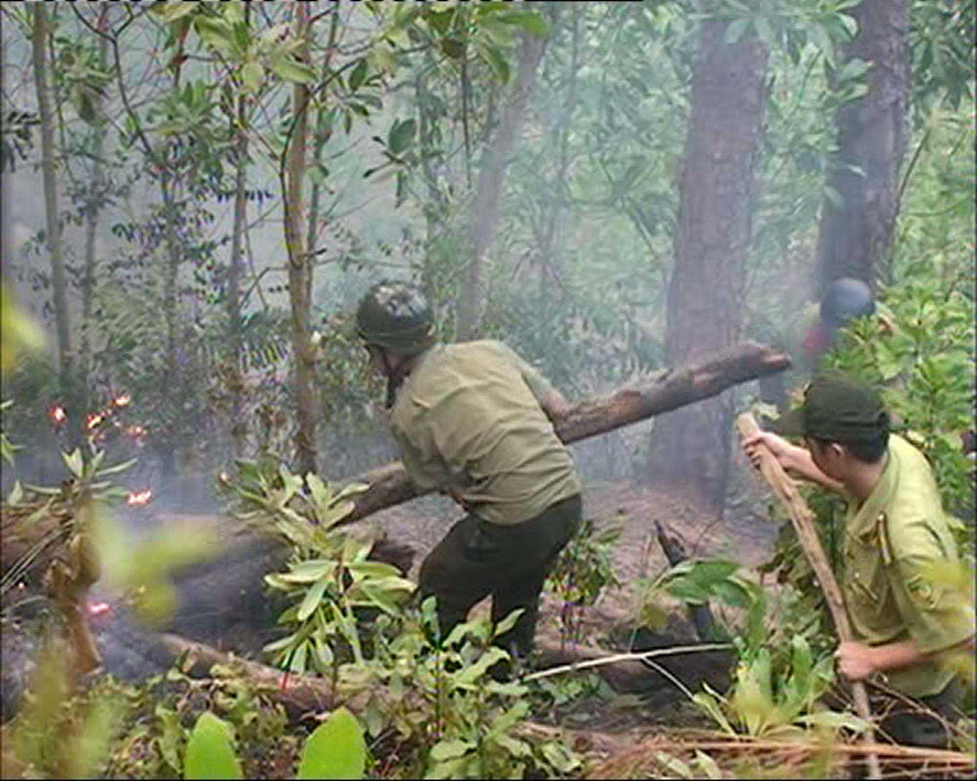 Lực lượng chức năng nỗ lực dập lửa