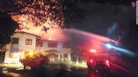 Công tác cứu họ được triển khai ngay sau khi đám cháy xảy ra. Ảnh: CNN