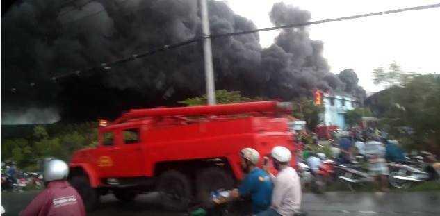 Hàng chục chiến sĩ PCCC được huy động để dập lửa nhưng rất khó tiếp cận vì sức nóng lan tỏa rất lớn
