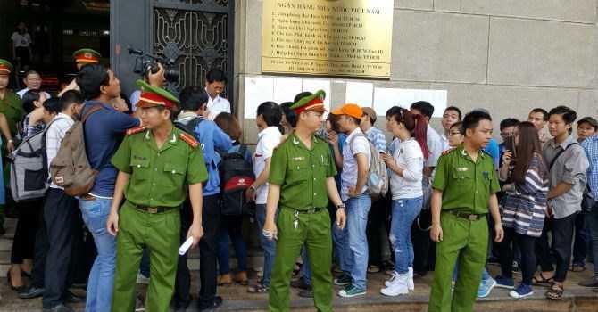 Cảnh người dân xếp hàng mua tiền lưu niệm trong ngày phát hành đầu tiên ở Sài Gòn sáng 22/4
