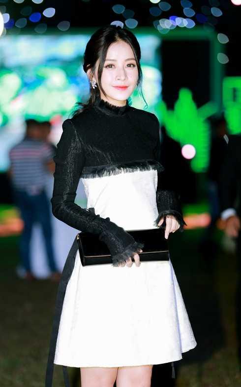 Côdiện thiết kế váy ngắn có gam màu trắng đen đối lập. Clutch cùng tông màu và đôi hoa tai bản to đính đá quý được Chi Pu khéo léo kết hợp, hoàn thiện vẻ ngoài.